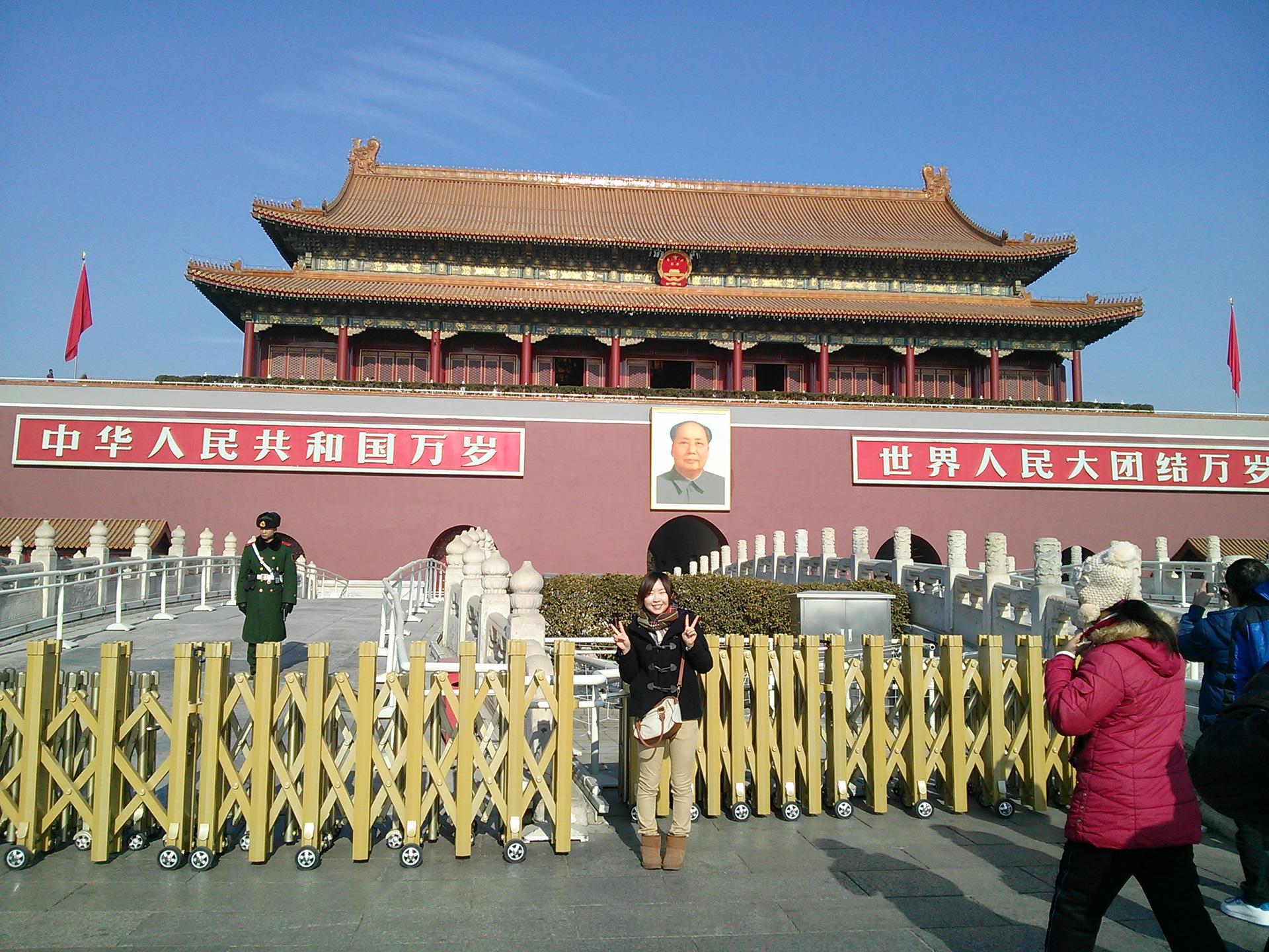 天安門の前で。観光名所にもたくさん出かけました!