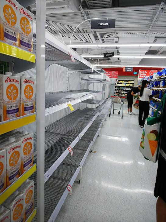 新型コロナウイルス感染症の影響で空になったスーパーマーケットの棚